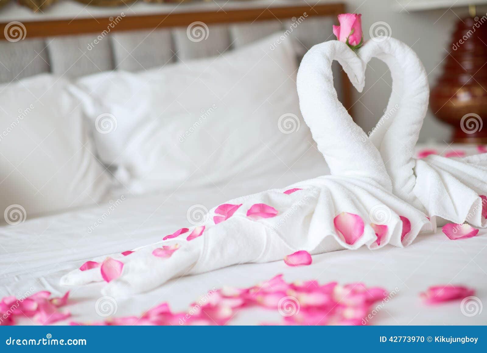 Ręcznikowi łabędź na łóżku w hotelu