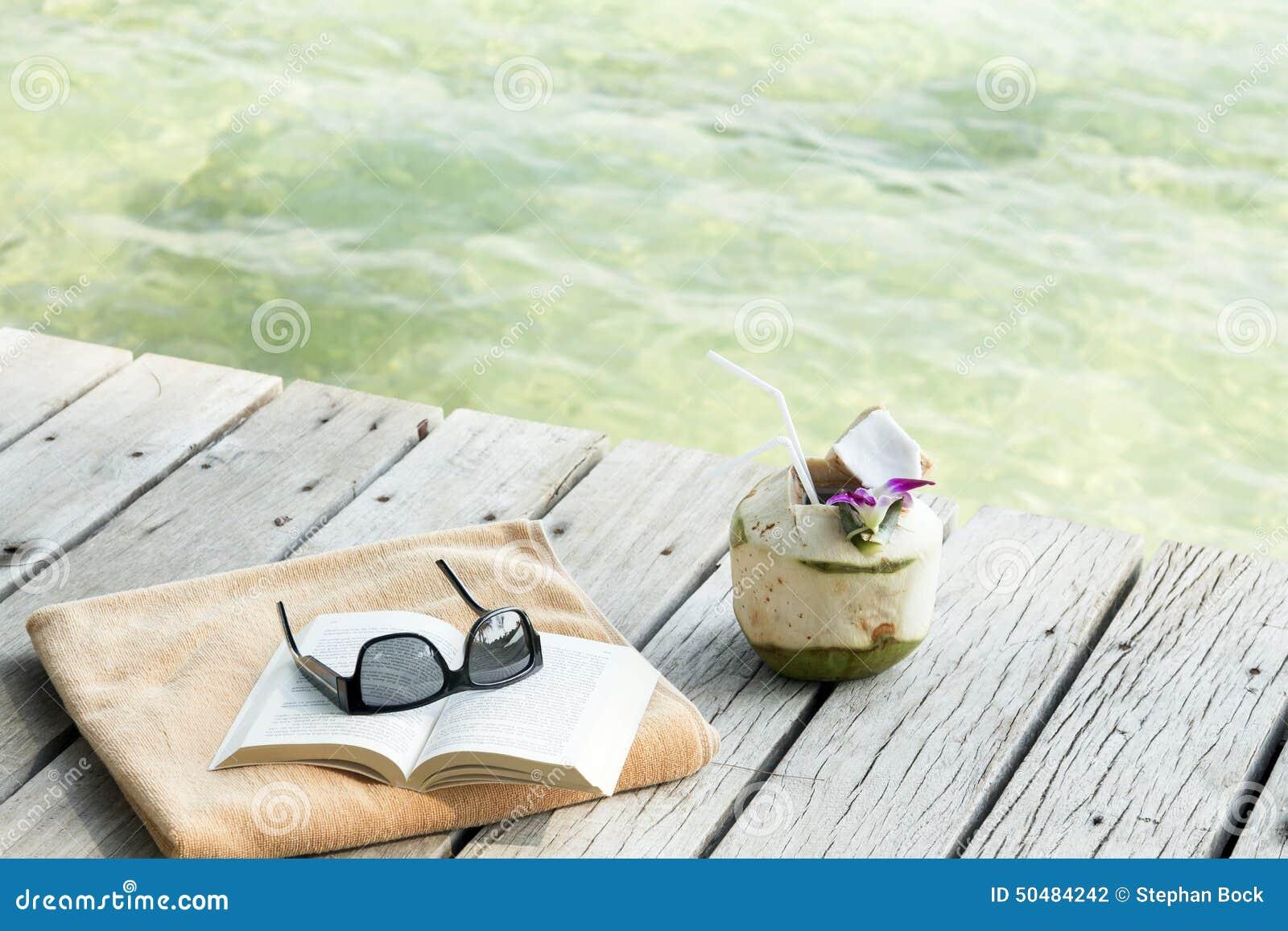 Ręcznikowi okulary przeciwsłoneczni rezerwują longdrink na mola Koh Samui Tajlandia