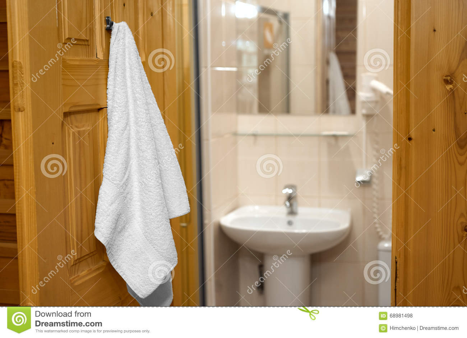 Ręcznikowy obwieszenie na łazienki drzwi