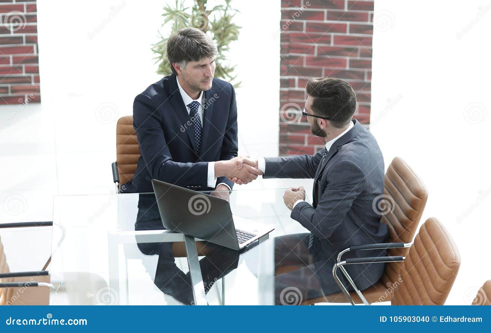 Ręk biznesowi ludzie trząść pomyślni dwa