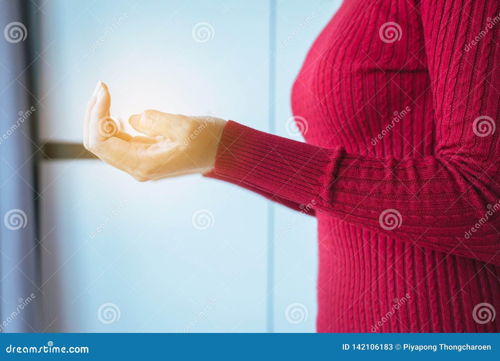 Ręk kobiety z modlenie pozycją, Żeńskie modlitw ręki dla coś, zakończenie w górę
