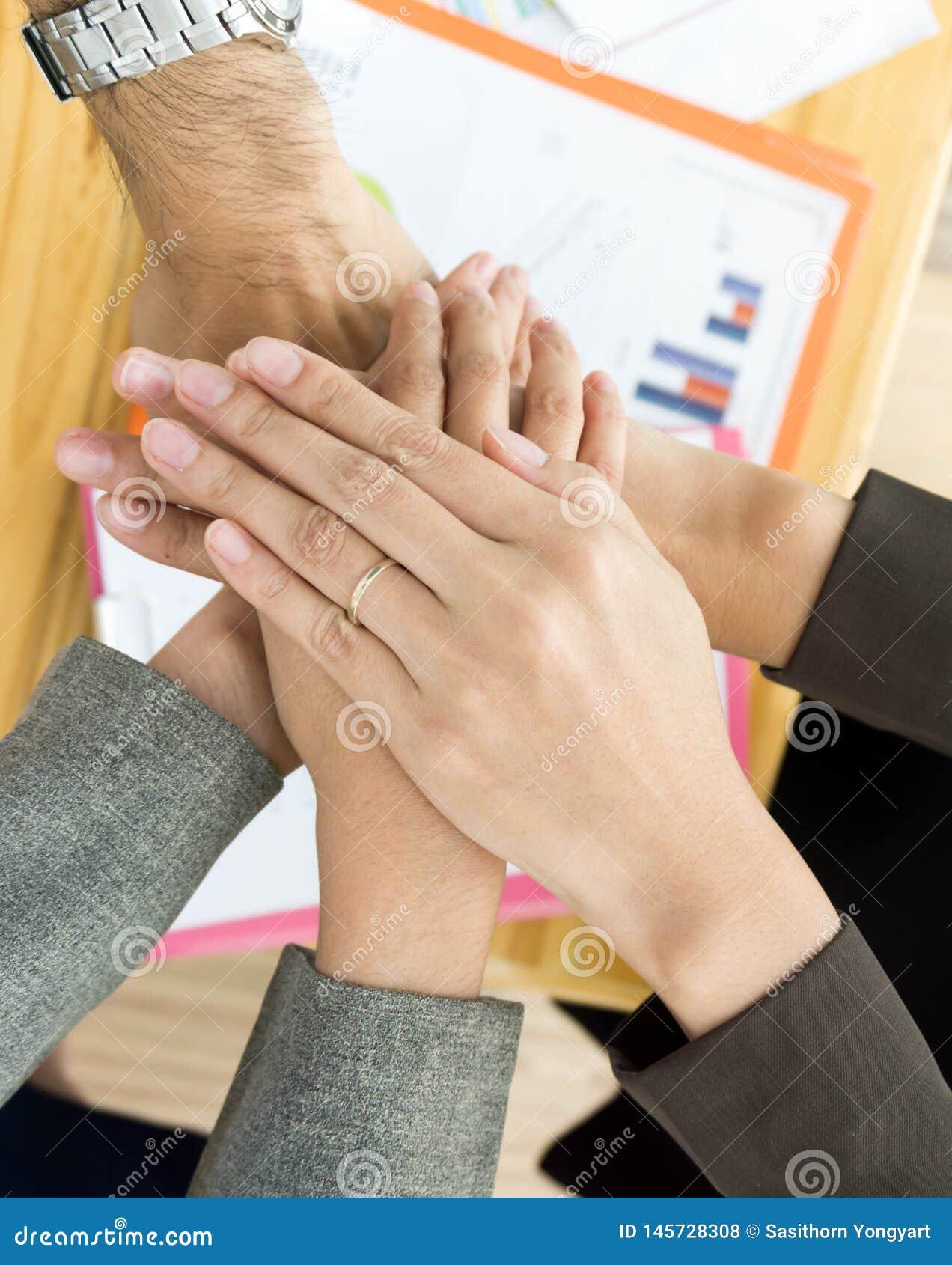 Ręka biznes drużynowa pokazuje jedność