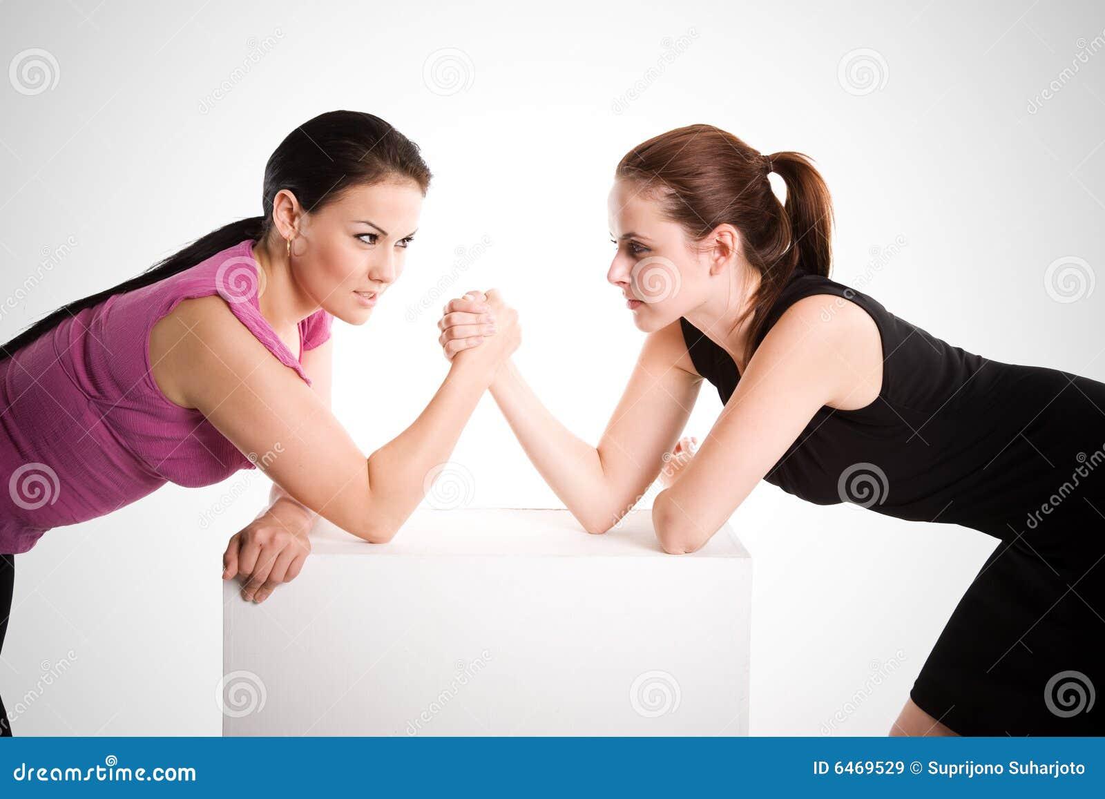 Ręka bizneswoman dwa mocuje się