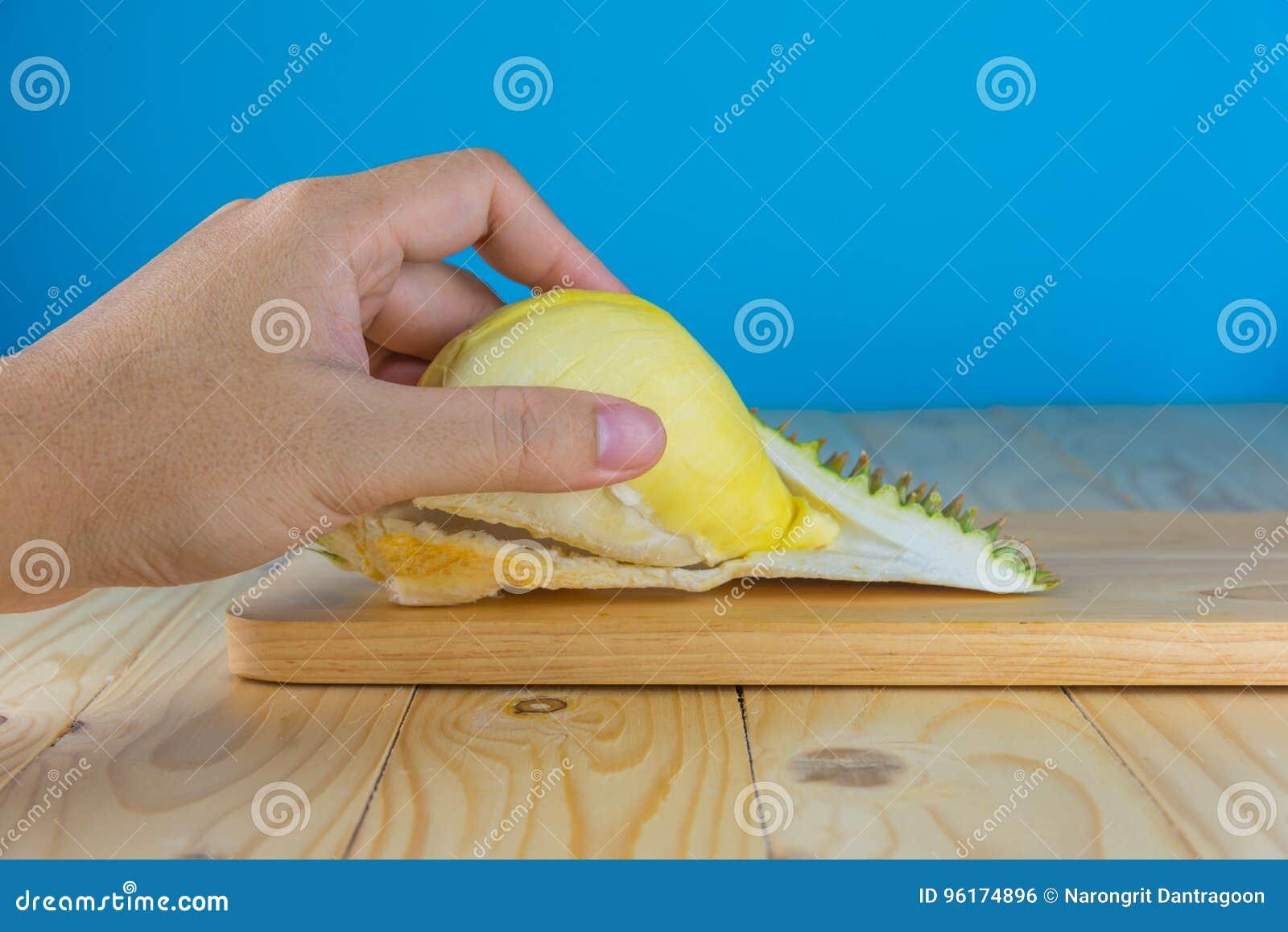 Ręka chwyta durian braja
