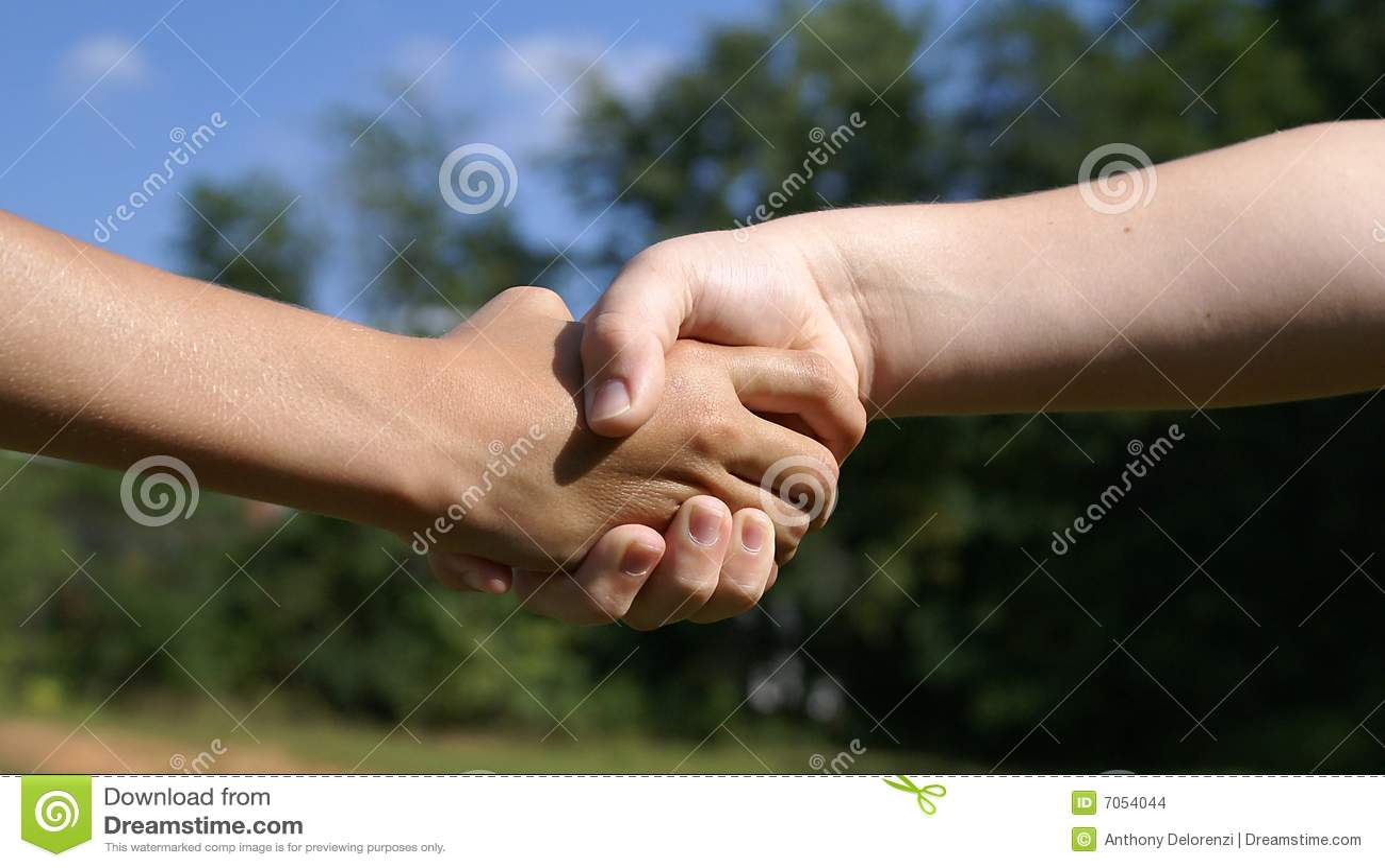 Ręka dzieciaków trząść