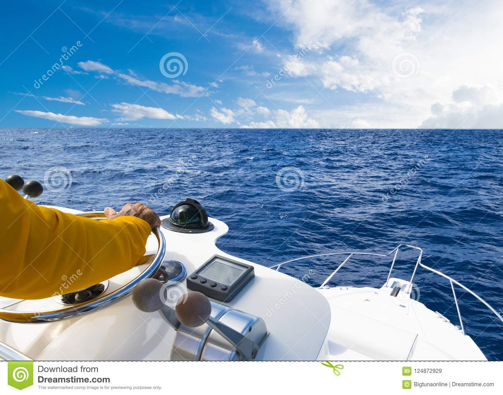 Ręka kapitan na kierownicie motorowa łódź w błękitnym oceanie podczas rybołówstwo dnia Sukcesu połowu pojęcie Oceanu jacht