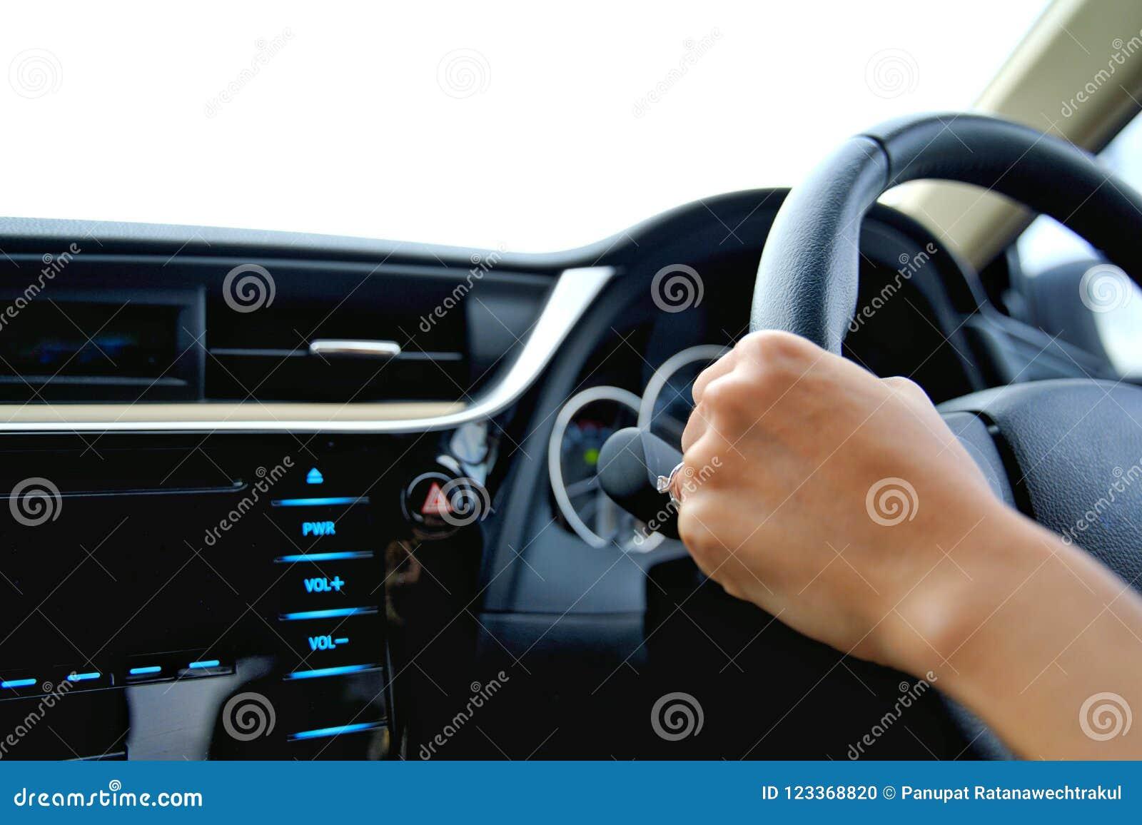 Ręka kobieta chwyt kontrolny koło i jedzie samochód