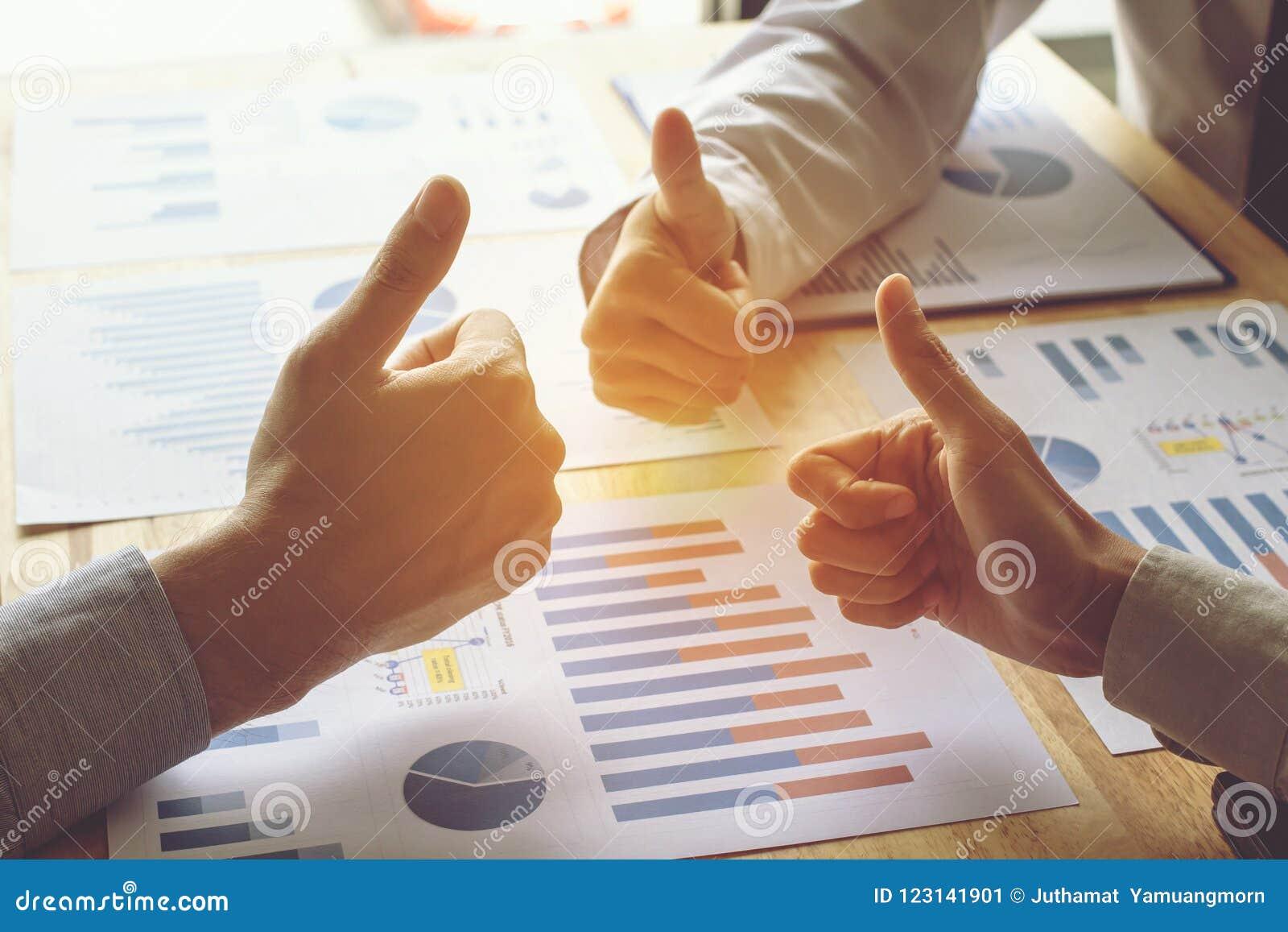 Ręka ludzie biznesu podnosi ręka kciuki pracuje Drużynowego pojęcie