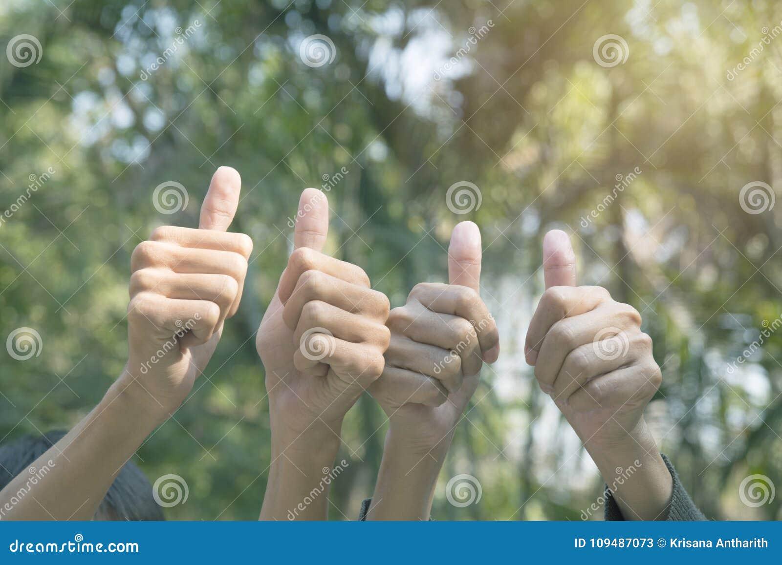 Ręka ludzie pokazuje gest wali up na natury backgrou