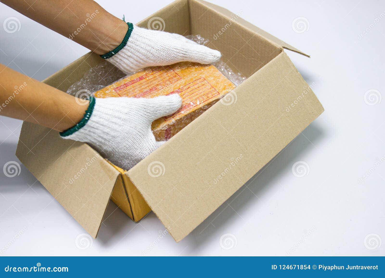 Ręka mężczyzna chwyta bąbla opakunek dla Pakować i ochrona produktu, pękał