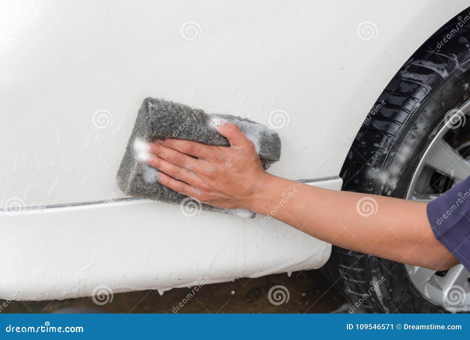 Ręka mężczyzna pracownika płuczkowy samochód