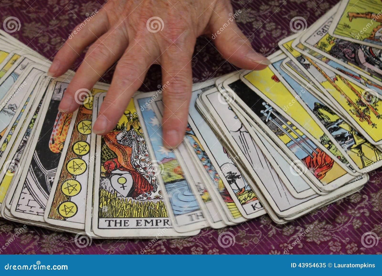 Ręka na Tarot kartach