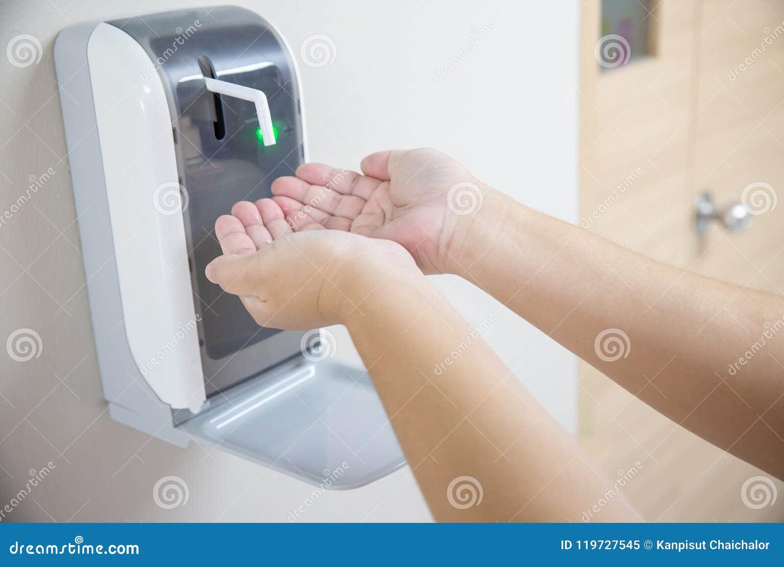 Ręka pod automatyczną alkohol aptekarką