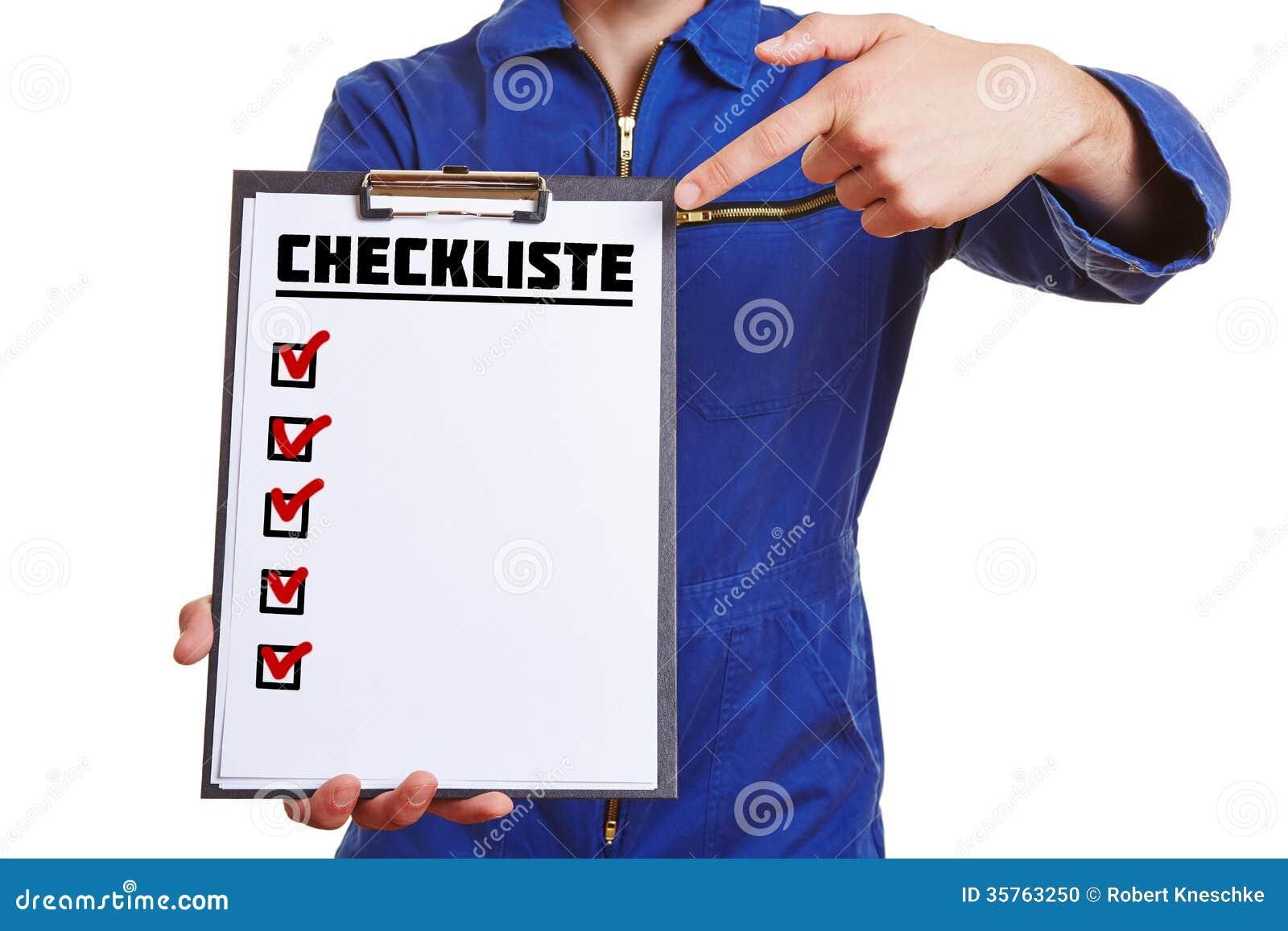 Ręka pracownik pokazuje listę kontrolną