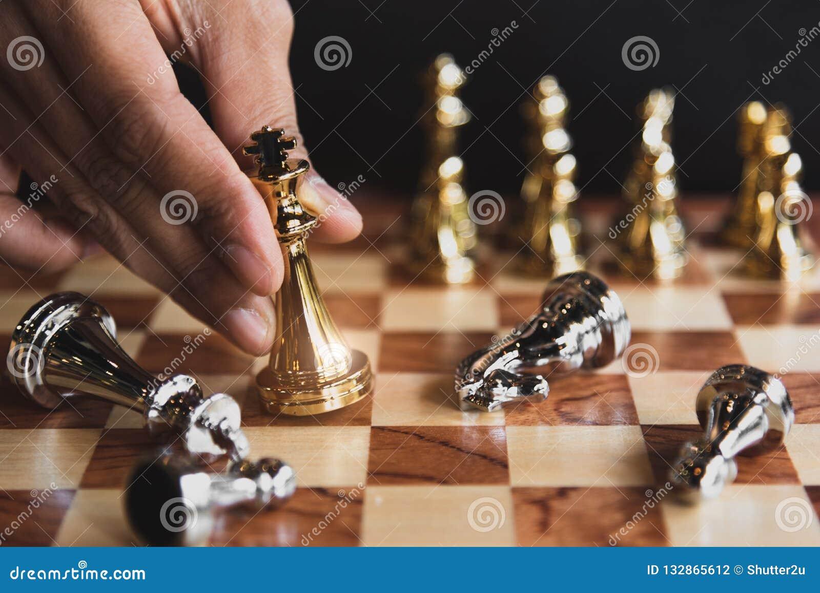 Ręka rusza się złotą szachową postać eliminuje dla mnie biznesmen