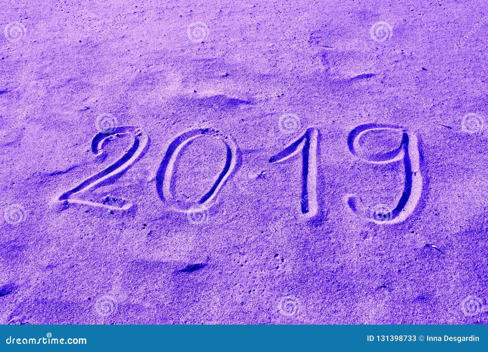 2019 ręka rysująca na piasku barwił w purpurach Nowy Rok Przychodzi lub wakacje katalogu tła Abstrakcjonistyczny projekt