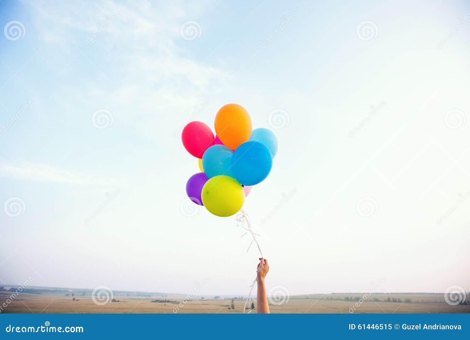 Ręka target548_1_ stubarwnych balony