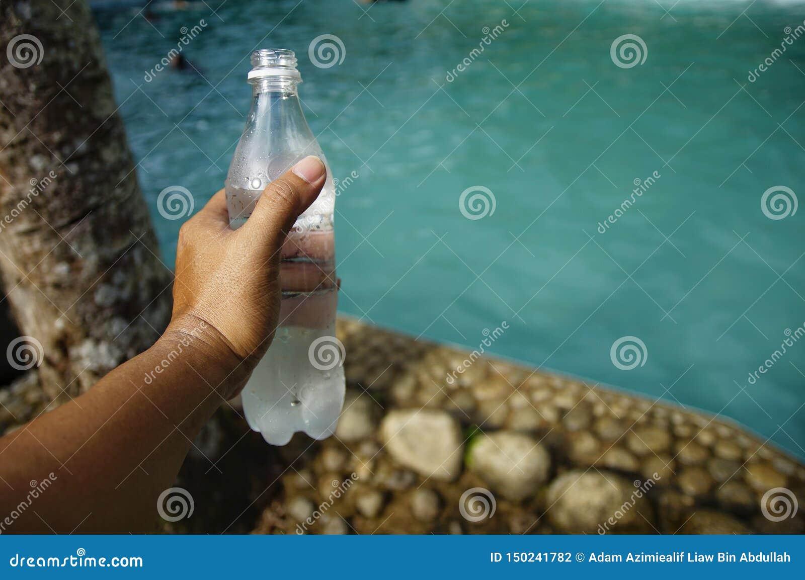 Ręka trzyma chłodno butelkę woda