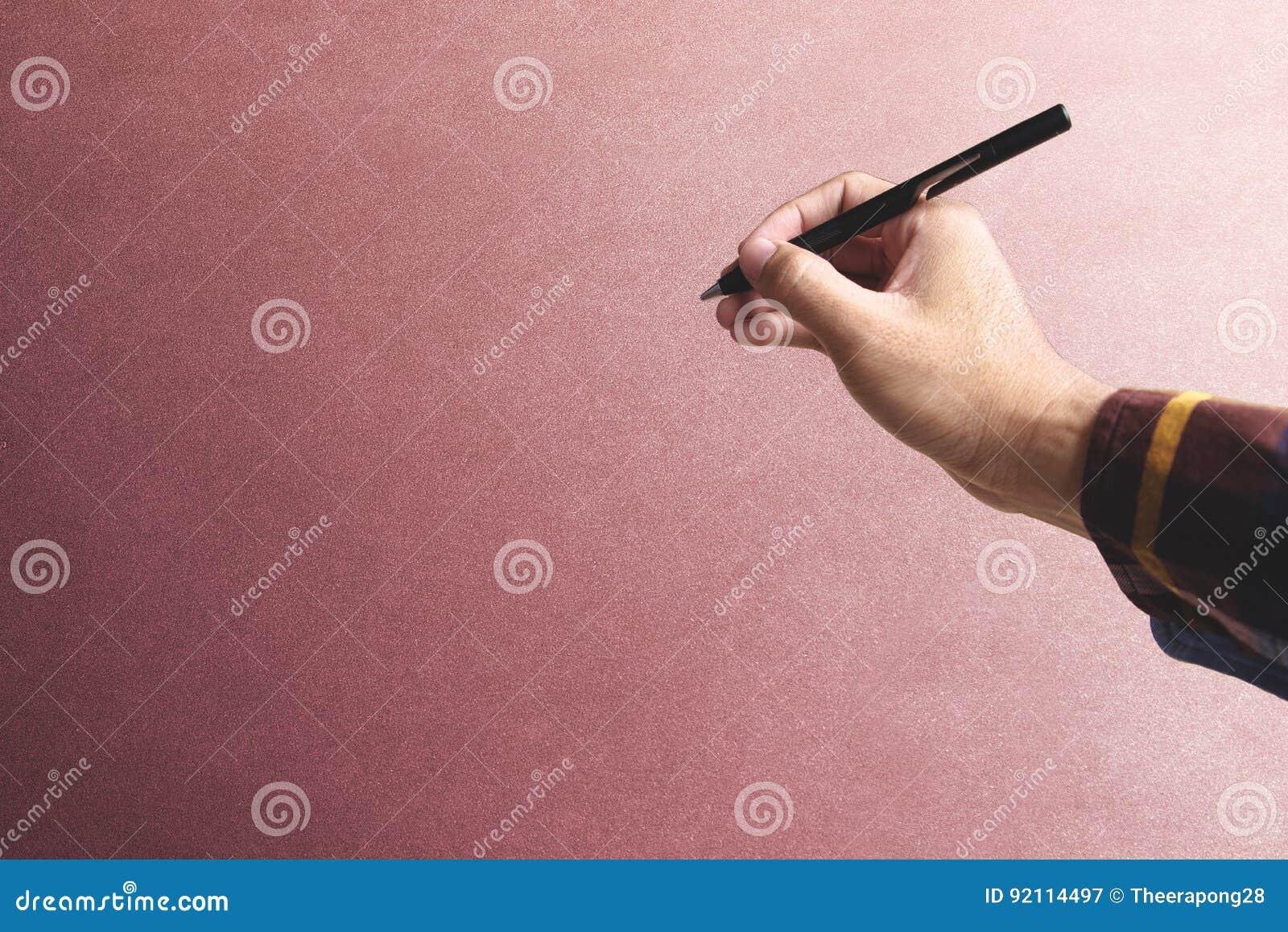 Ręka trzyma elektronicznego pióro rocznik ściana dla stawiający ja na twój swój webpage