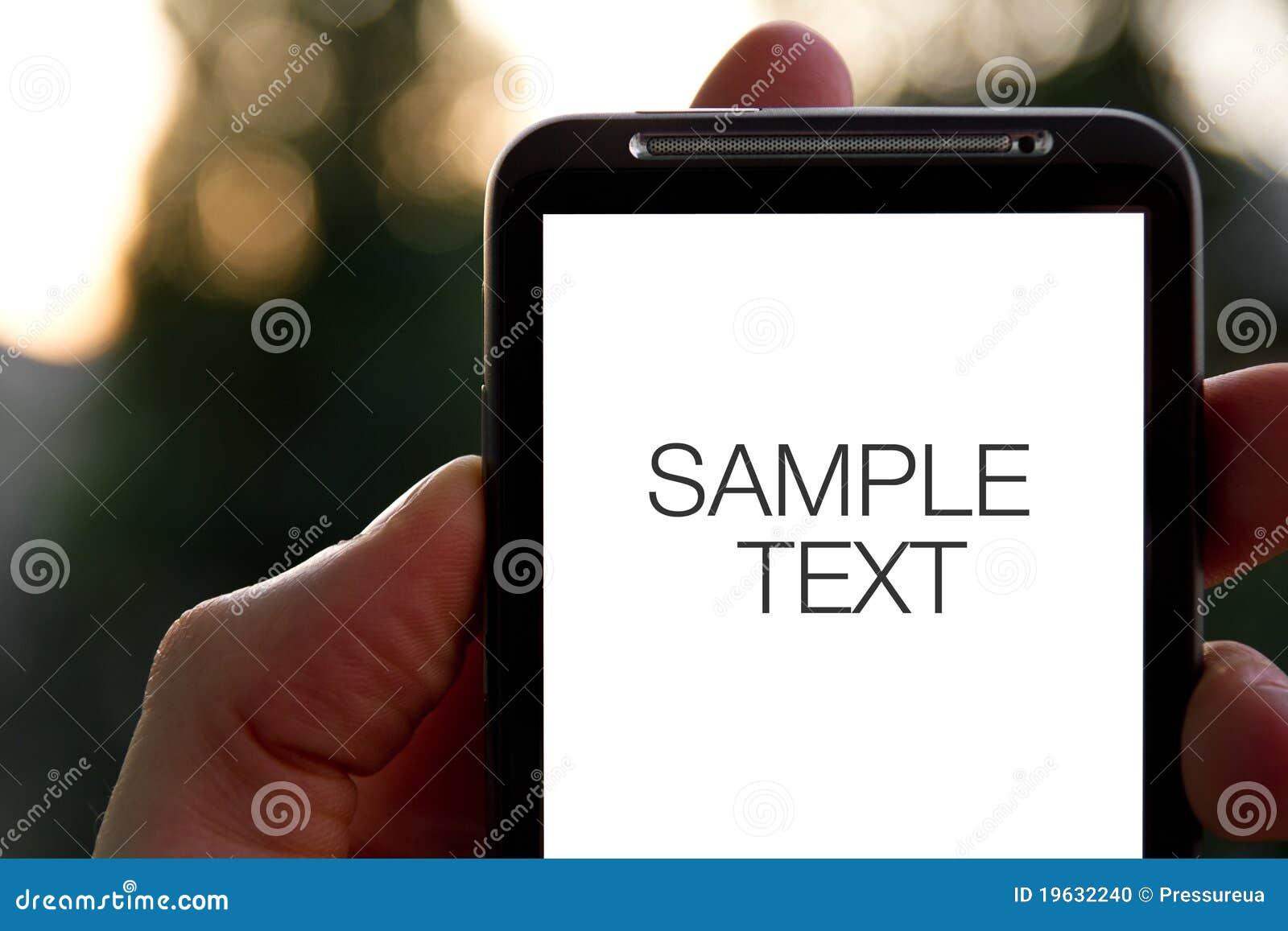 Ręka trzyma mobilnego smartphone