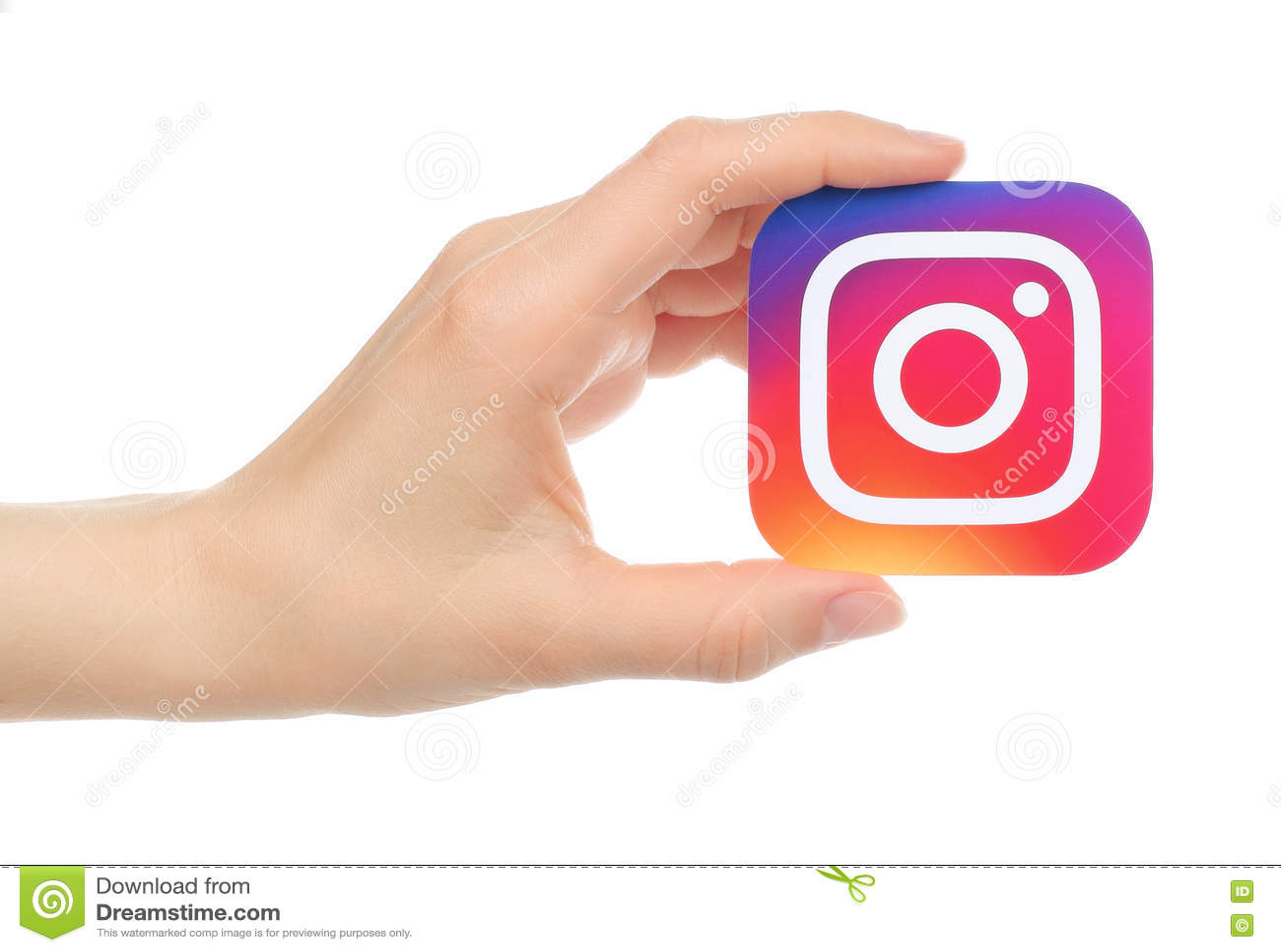 Ręka trzyma nowego Instagram loga drukuje na papierze