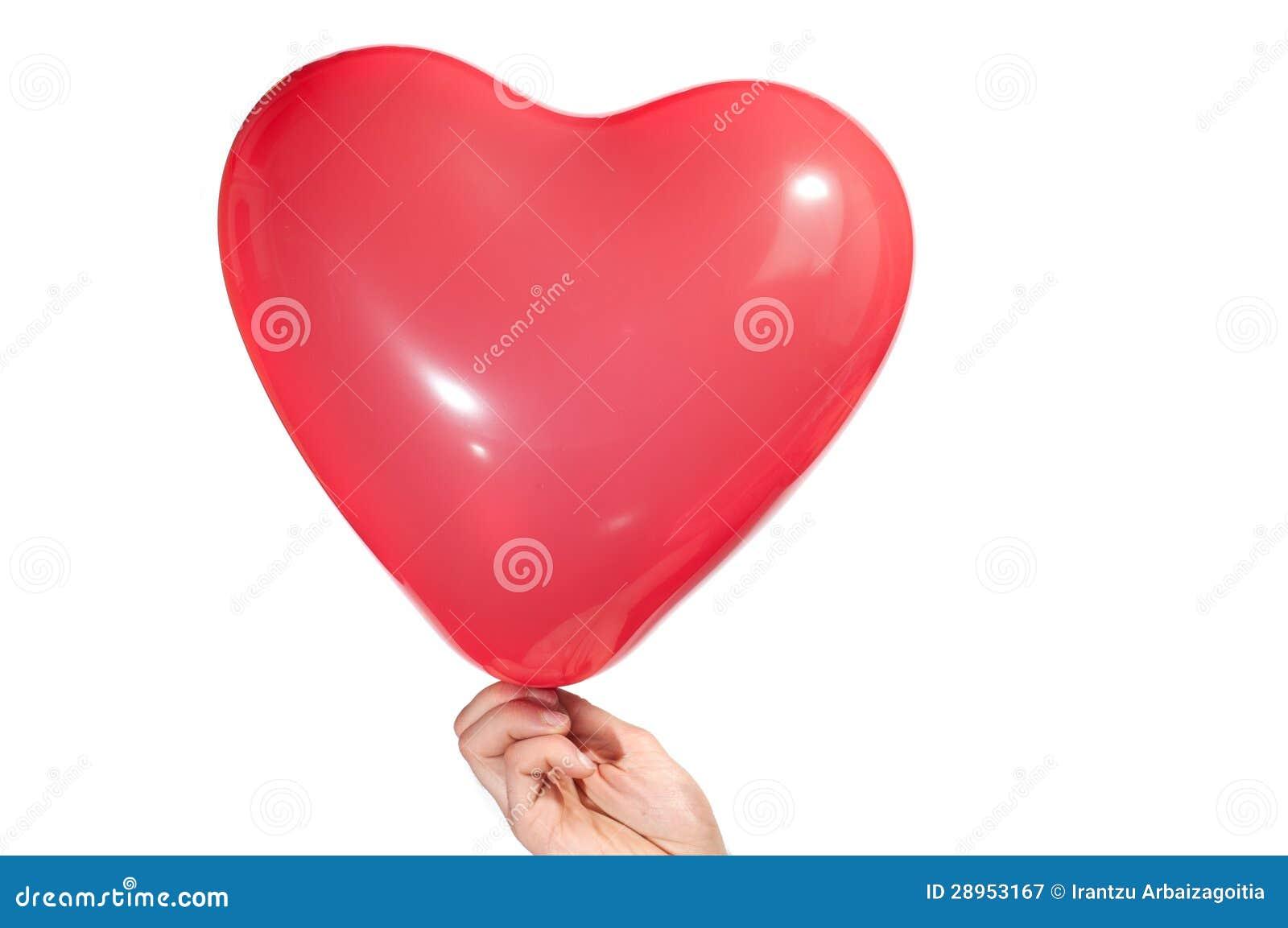 Ręka trzyma serce kształtował balon, odizolowywającego