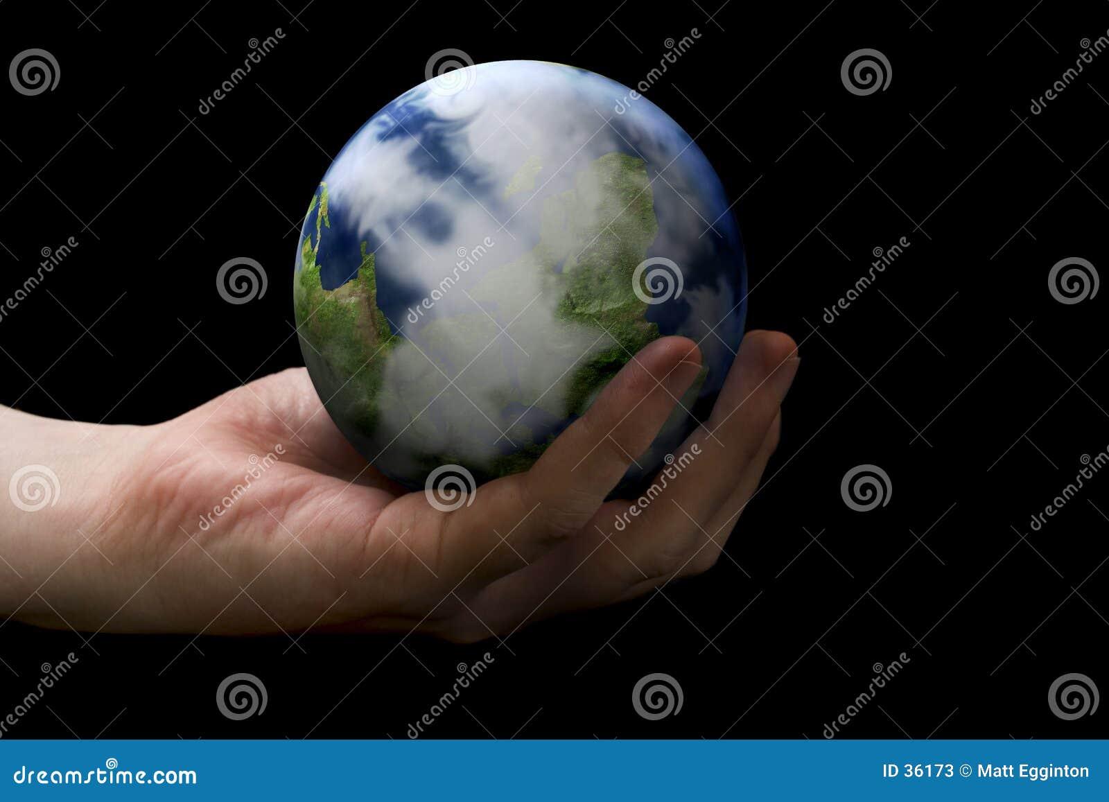 Ręka trzymająca ziemi