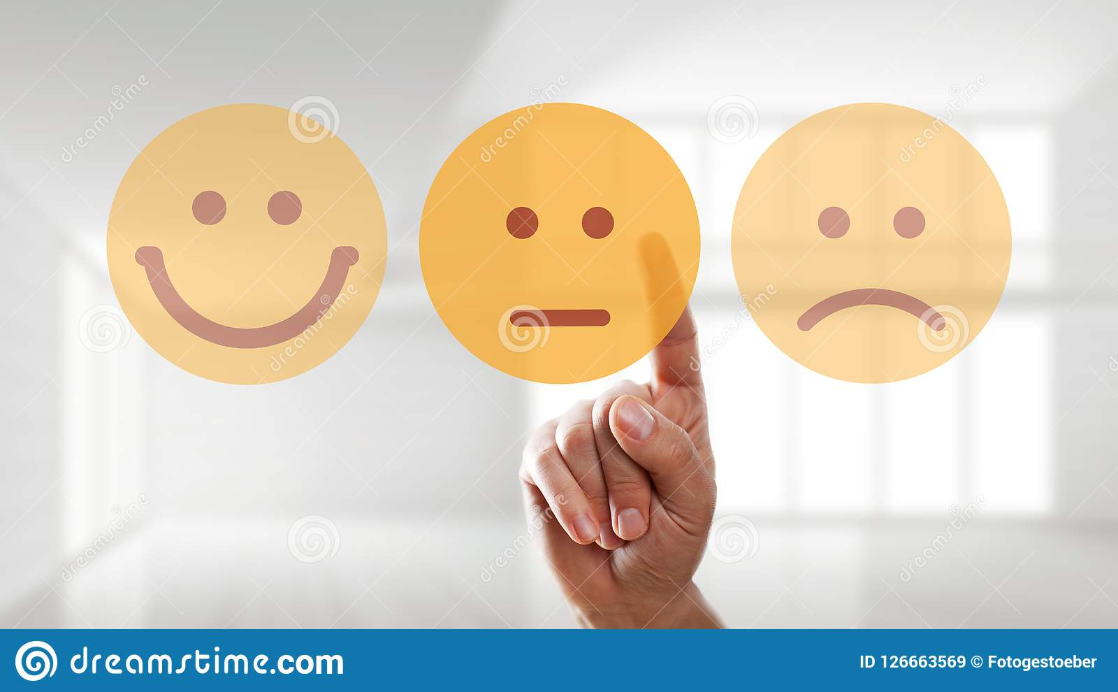 Ręka wybiera neutralnego trybowego smiley