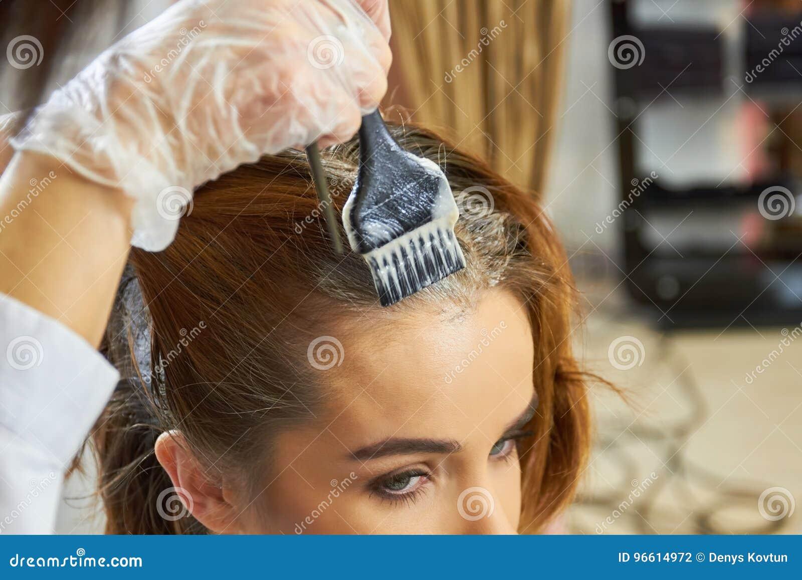 Ręka z szczotkarskim barwiarskim włosy