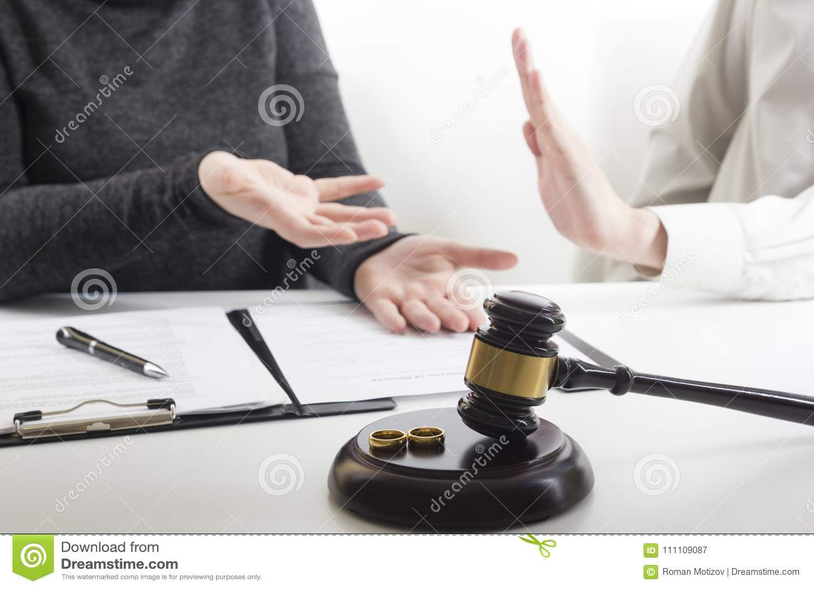 Ręki żona, męża podpisywania rozwód dekret, rozpuszczenie, odwoływa małżeństwo, legalnego rozdzielenia dokumenty, segreguje