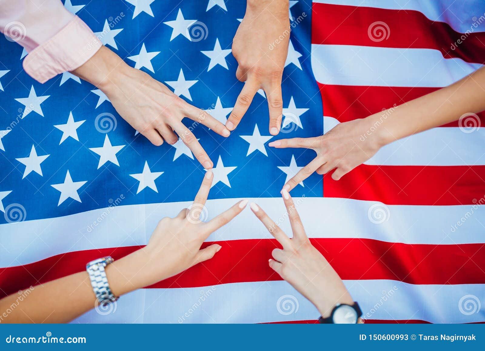 Ręki amerykanie przeciw tłu USA zaznaczają t?a dzie? grunge niezale?no?? retro