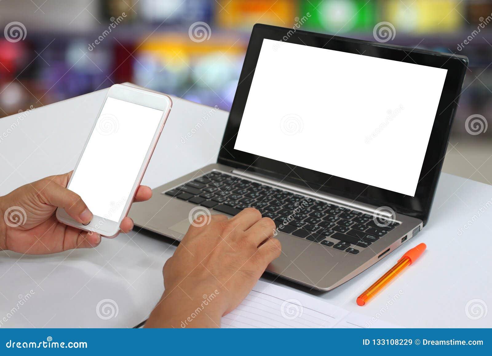 Ręki biznesmen trzyma pustego smartphone i blan