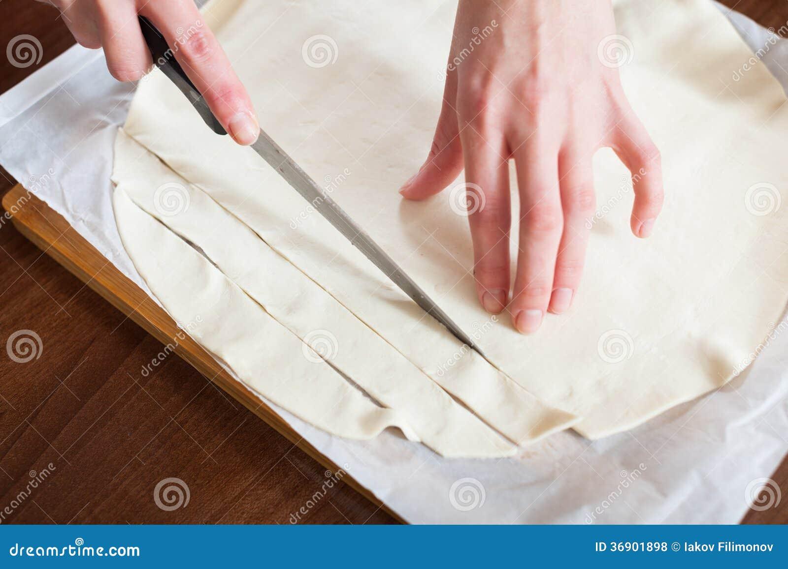Ręki ciie kupującego ciasto