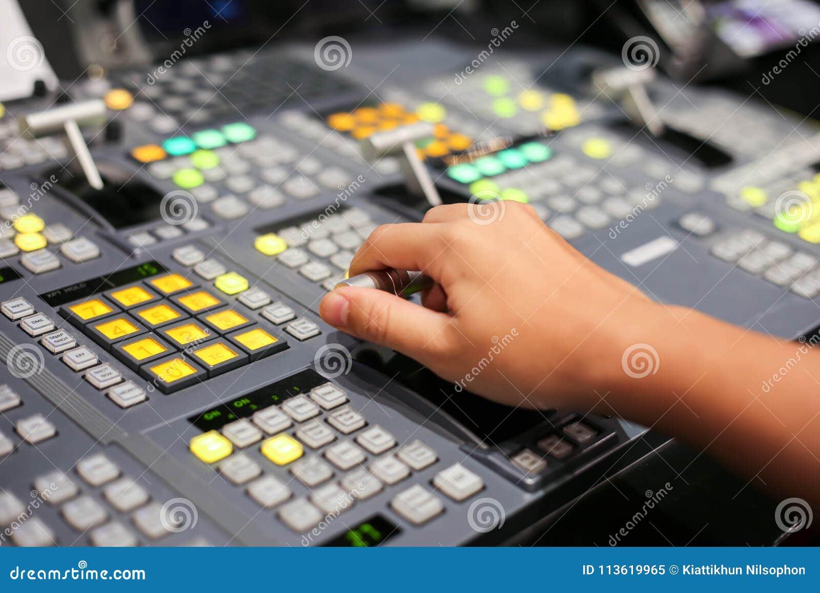 Ręki dalej rozpuszczają Switcher guziki w pracownianej staci telewizyjnej, Audi