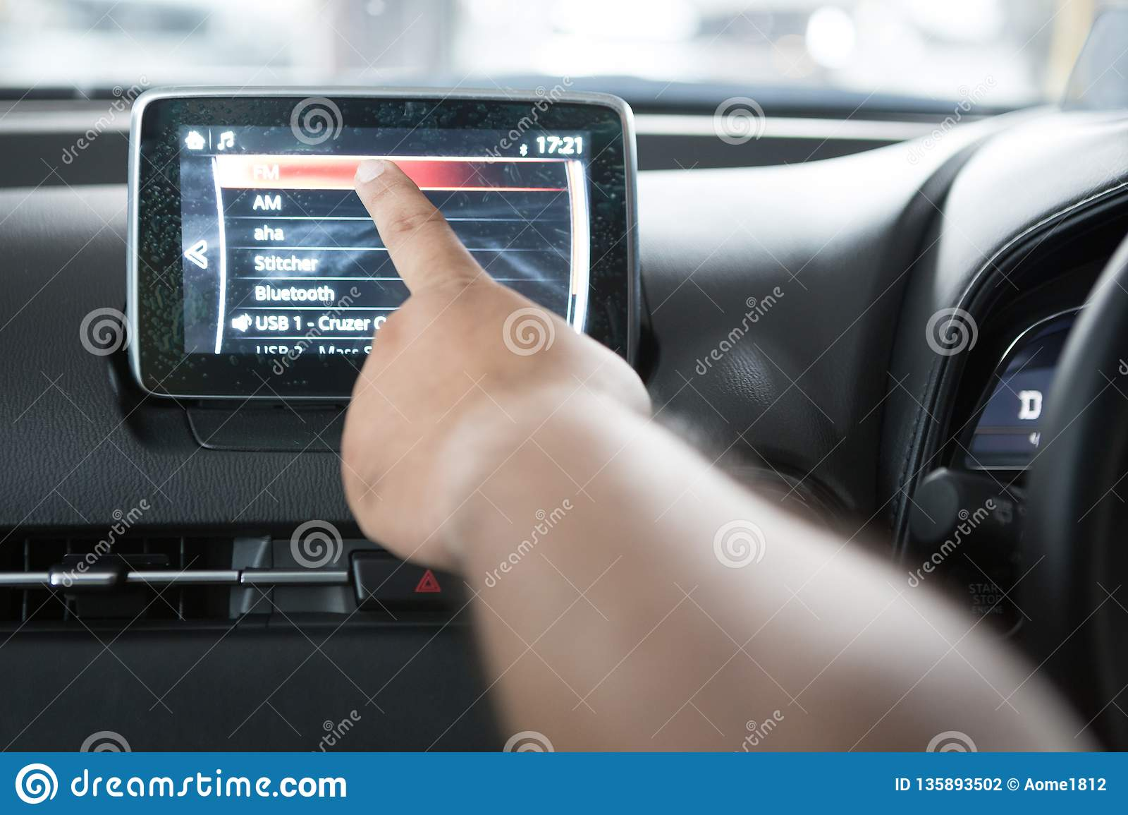 Ręki dotykają LCD