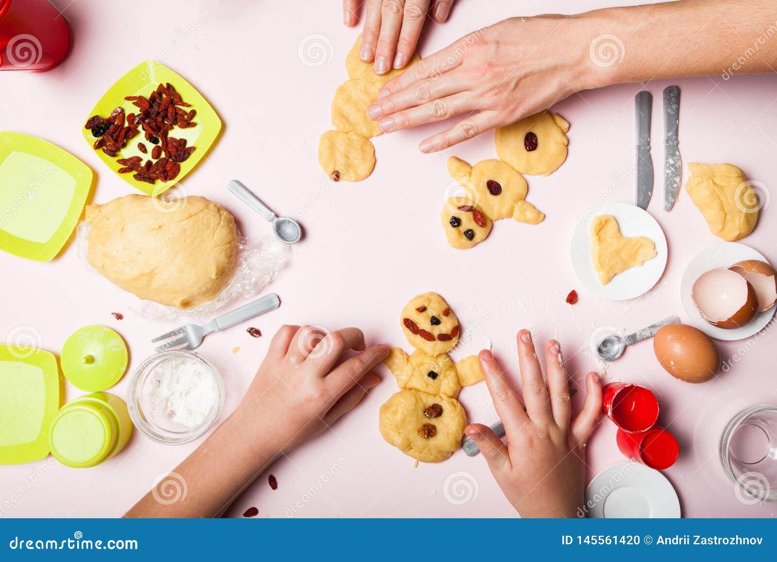 Ręki dziewczęca dziewczyna i matka troszkę robią ciasta ciastku aromatyczne wypiekowe bo?ych narodze? ciastek miodownika pikantno