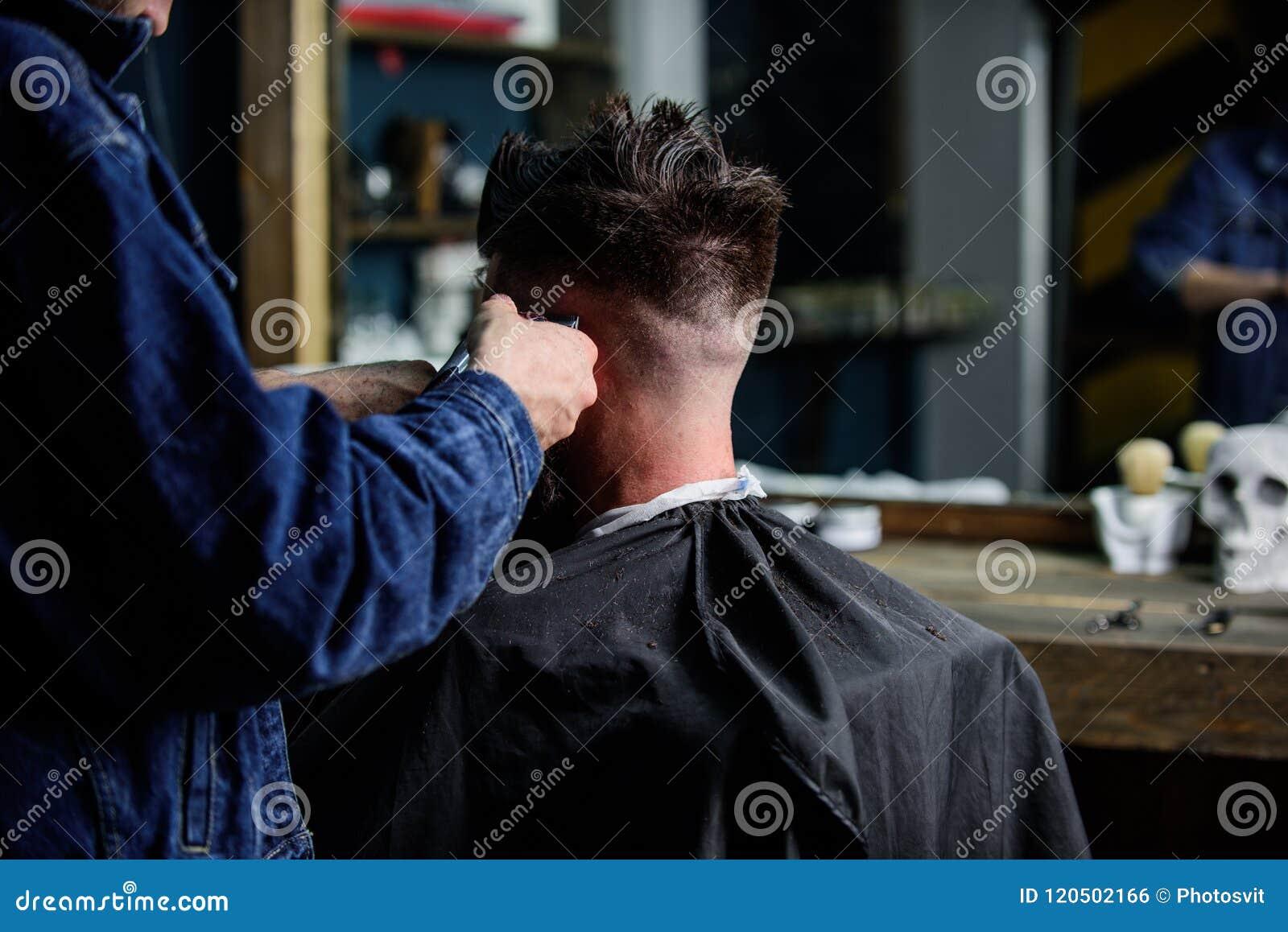 Ręki fryzjera męskiego arymażu włosy brodaty facet z cążki i gręplą, zamykają w górę tylni widoku Zakładu fryzjerskiego pojęcie 3