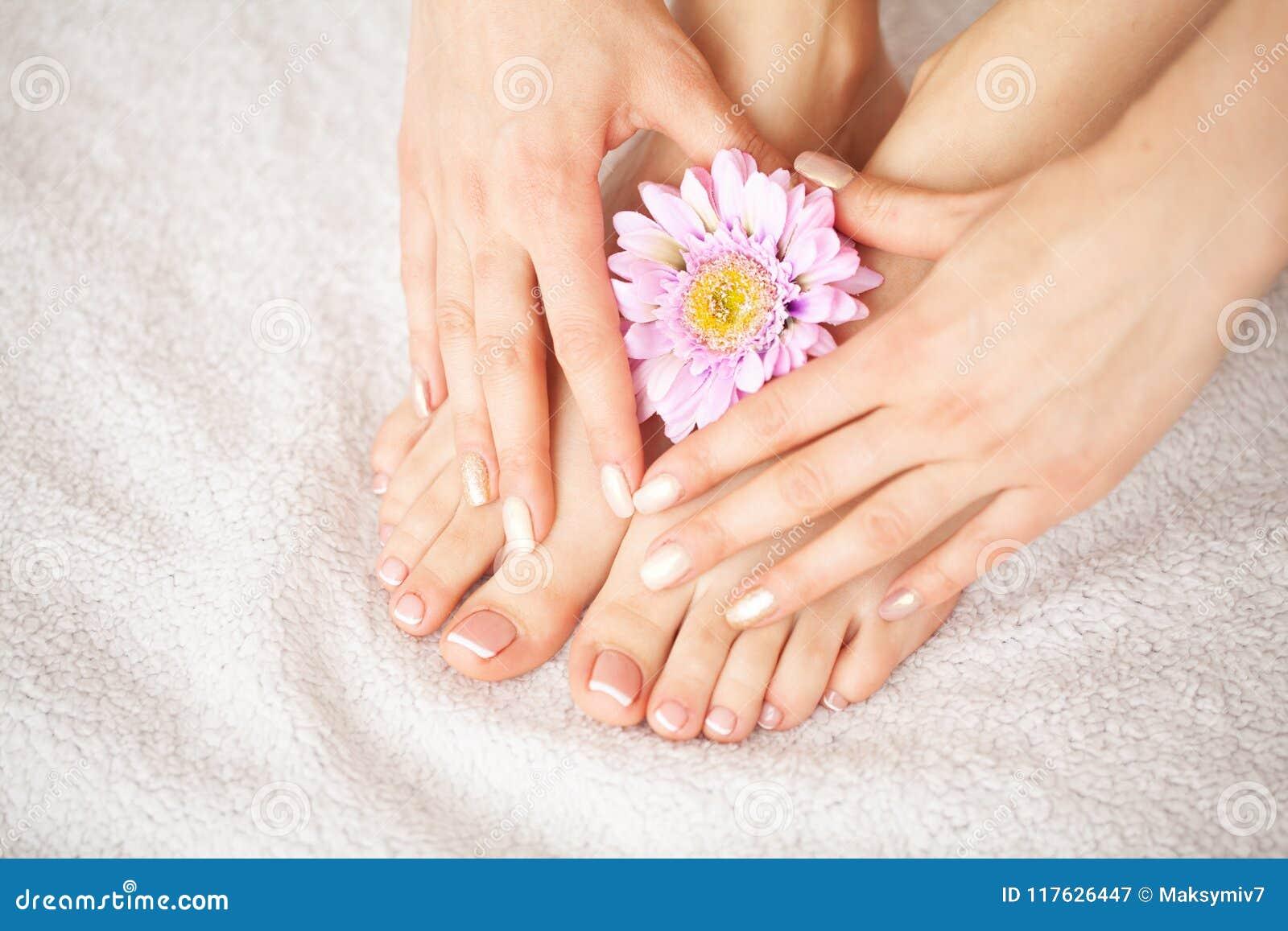 Ręki i gwoździa opieka Piękni kobiety ` s cieki i ręki Po manicure u i pedicure u przy piękno salonem Zdroju manicure