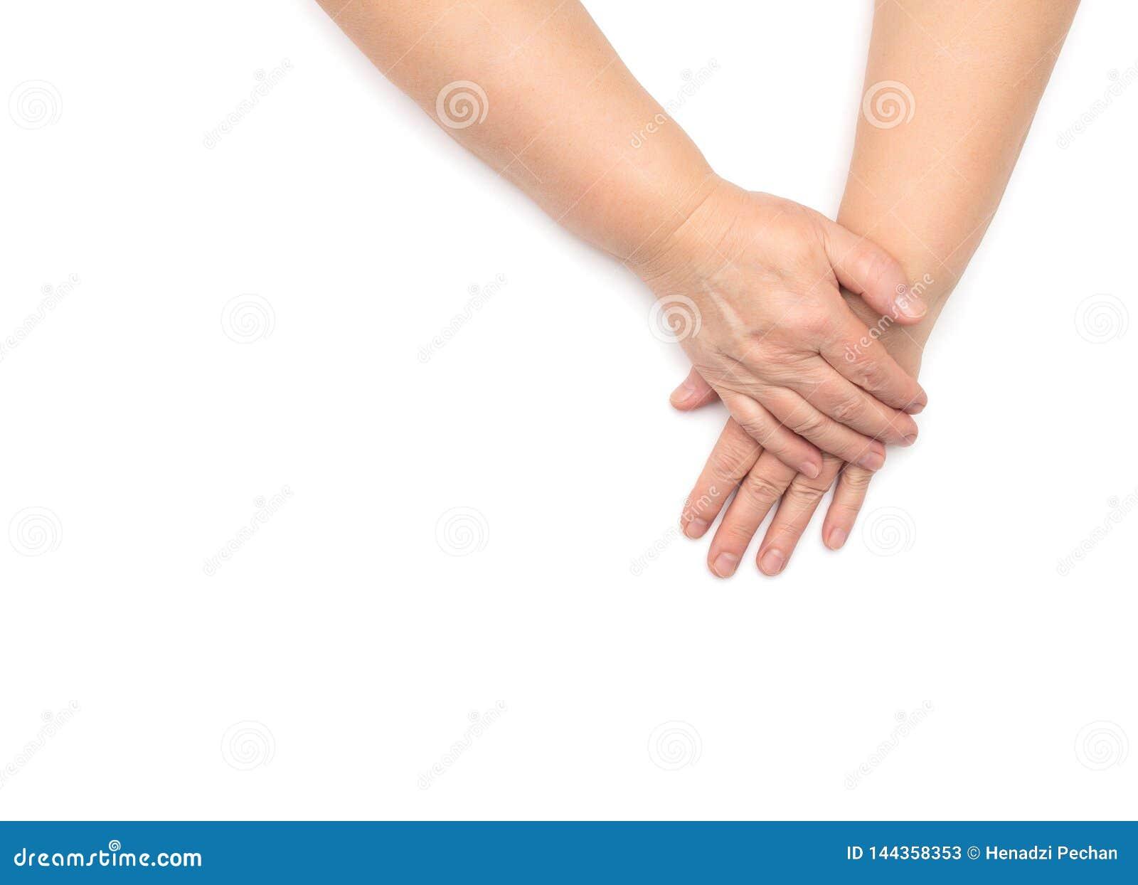Ręki kobieta w wieku z odwodnioną krakingową i suchą skórą na białym tle, odizolowywają, kopii przestrzeń, absorbowanie, naturaln