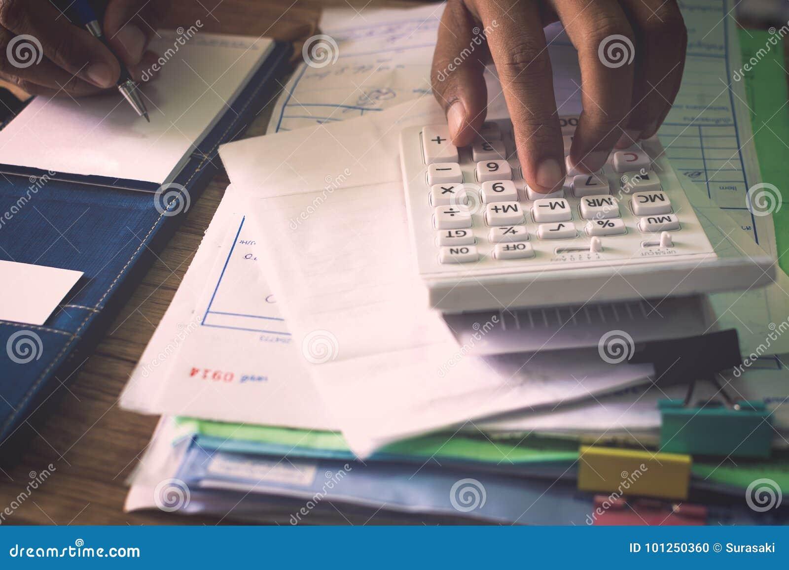 Ręki ludzie kalkuluje jego wydatek