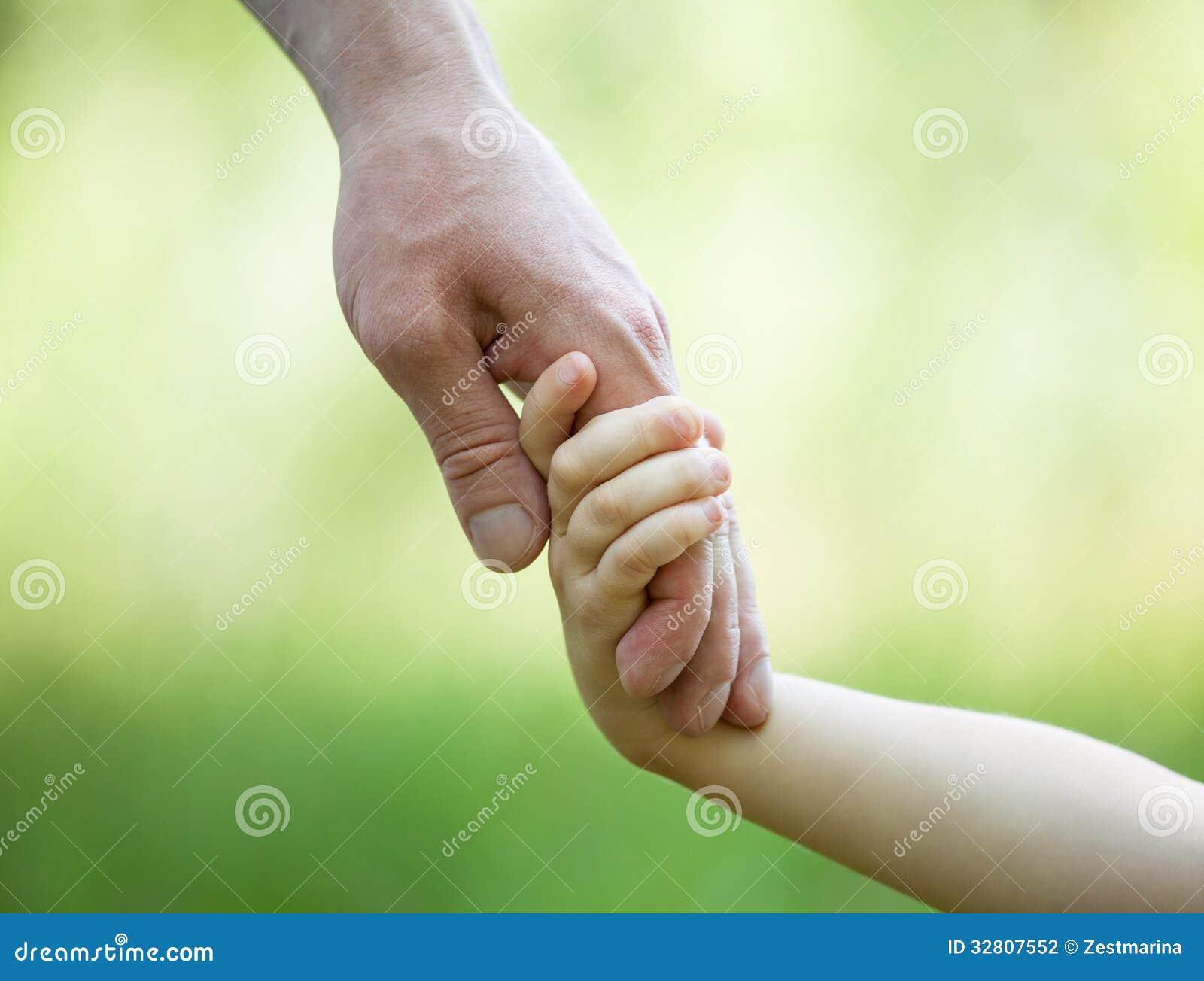 Ręki mężczyzna i dziecka mienia togethe