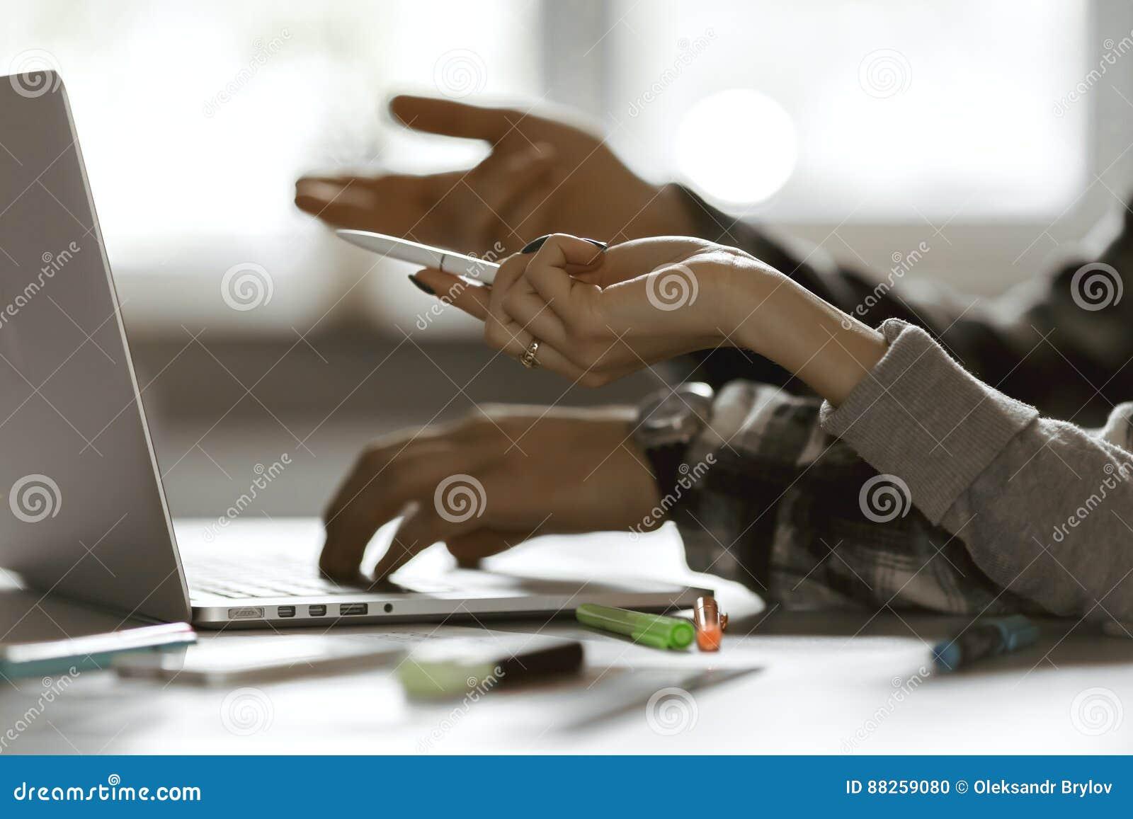 Ręki mężczyzna i kobieta wskazuje na komputerze