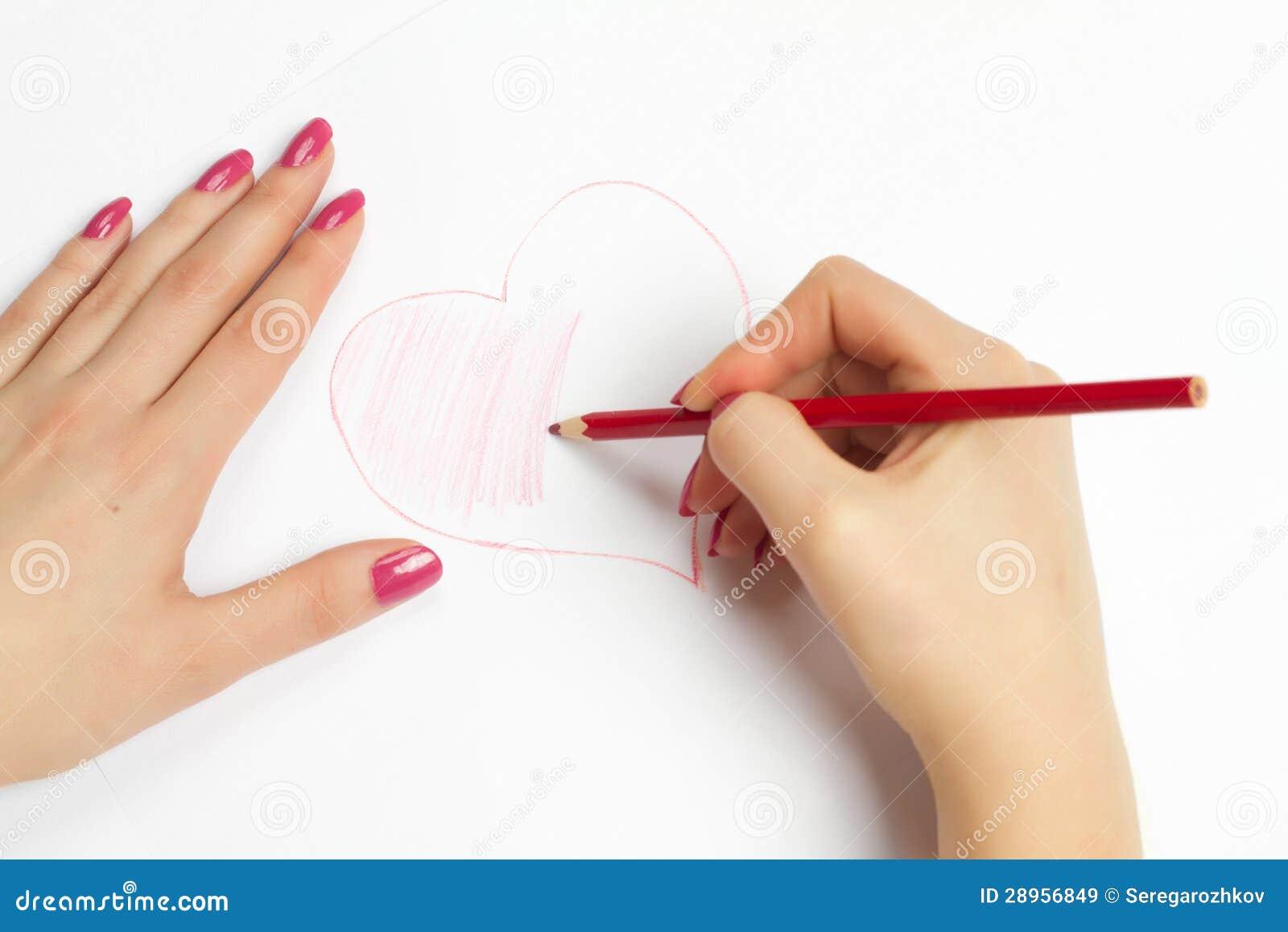Ręki maluje serce z ołówkiem
