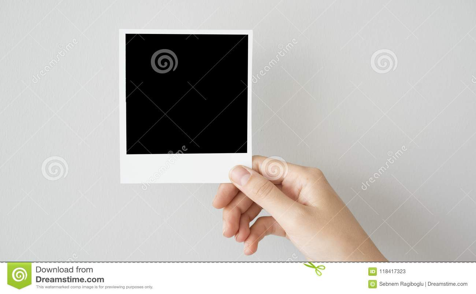 Ręki mienia fotografii pusta rama