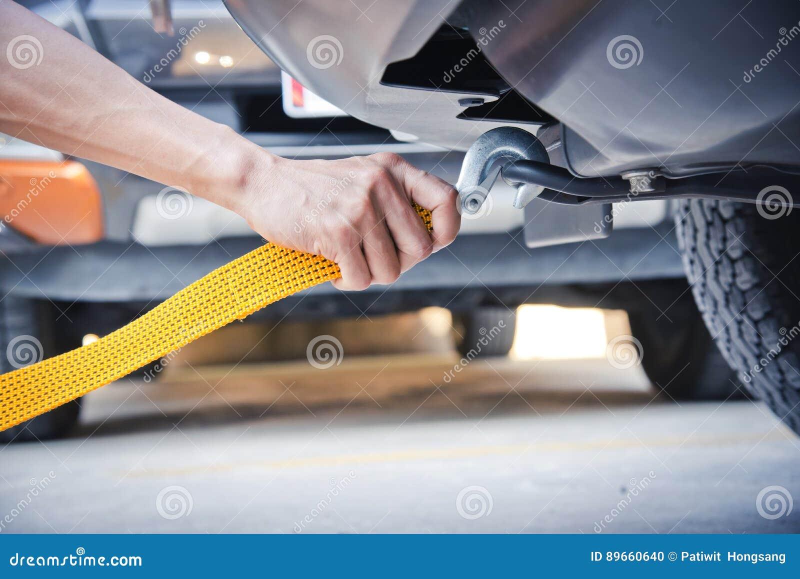 Ręki mienia holować żółta samochodowa patka z samochodem