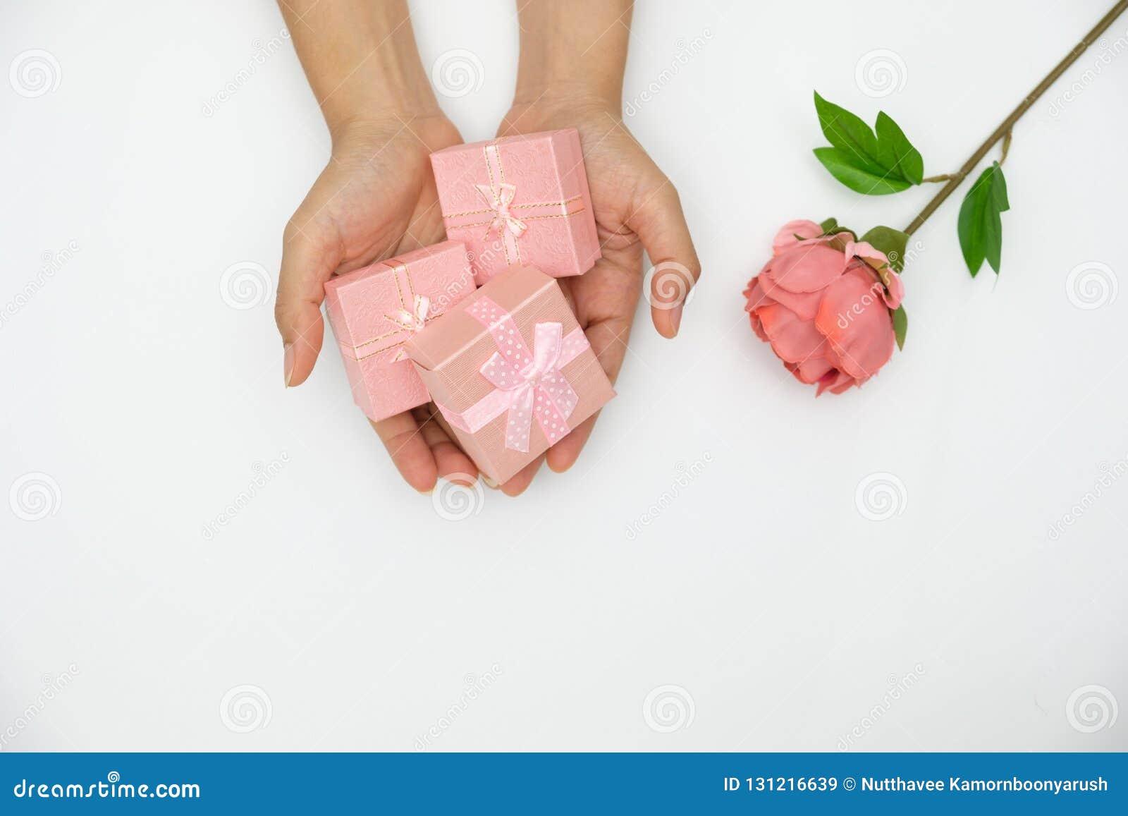 Ręki mienia menchii prezenta pudełko