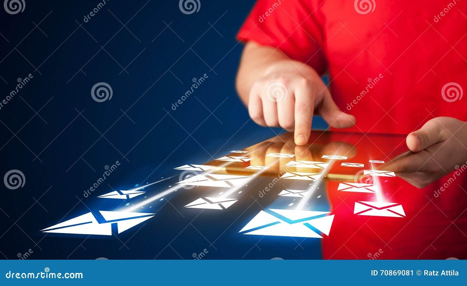 Ręki mienia pastylka i dosłanie emaila ikony