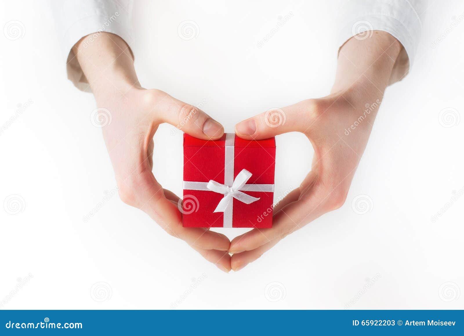 Ręki mienia pudełko dla prezenta odizolowywającego na bielu
