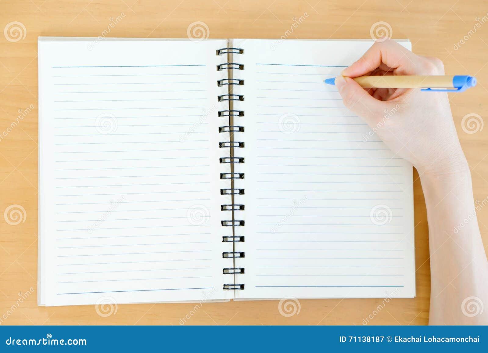 Ręki otwierają Pustego katalog, magazyny, książka egzamin próbny up na drewno stole