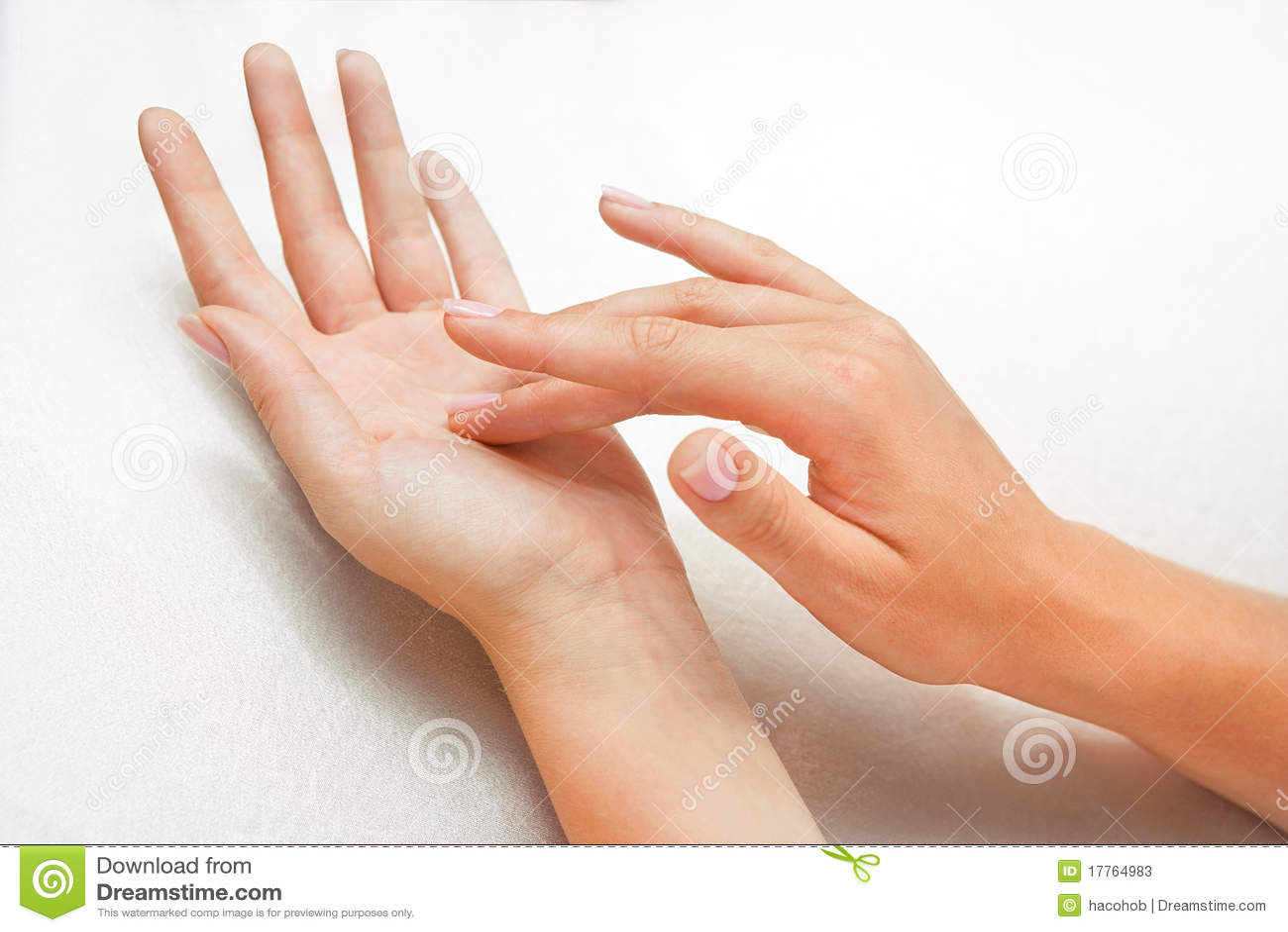 Ręki piękna kobieta s